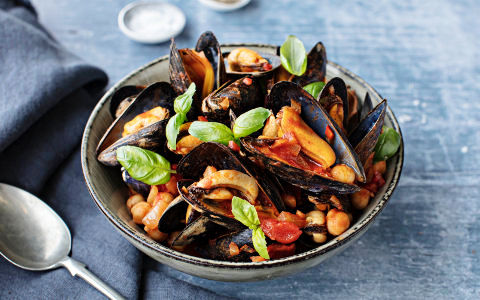 Spicy Mussels with Tomato and Chickpeas